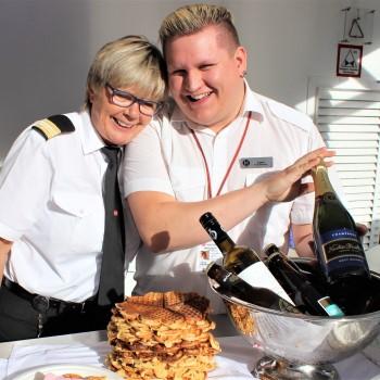 Glad personal serverar våfflor och bubbel Hurtigruten