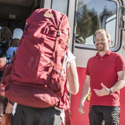 Stiger ombord Inlandsbanans tåg