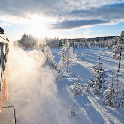 Tåg i vinterskrud på Inlandsbanan