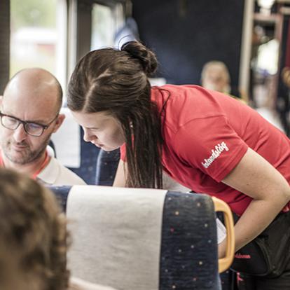 tågvärd och passagerare